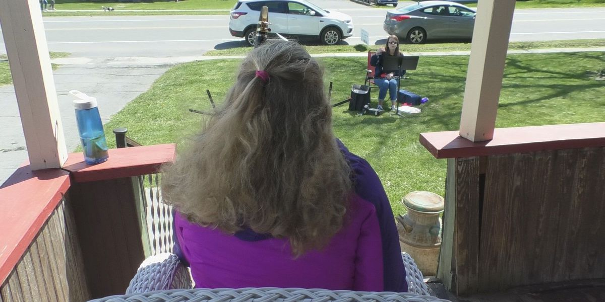 Teacher brings music lessons to students' front yard