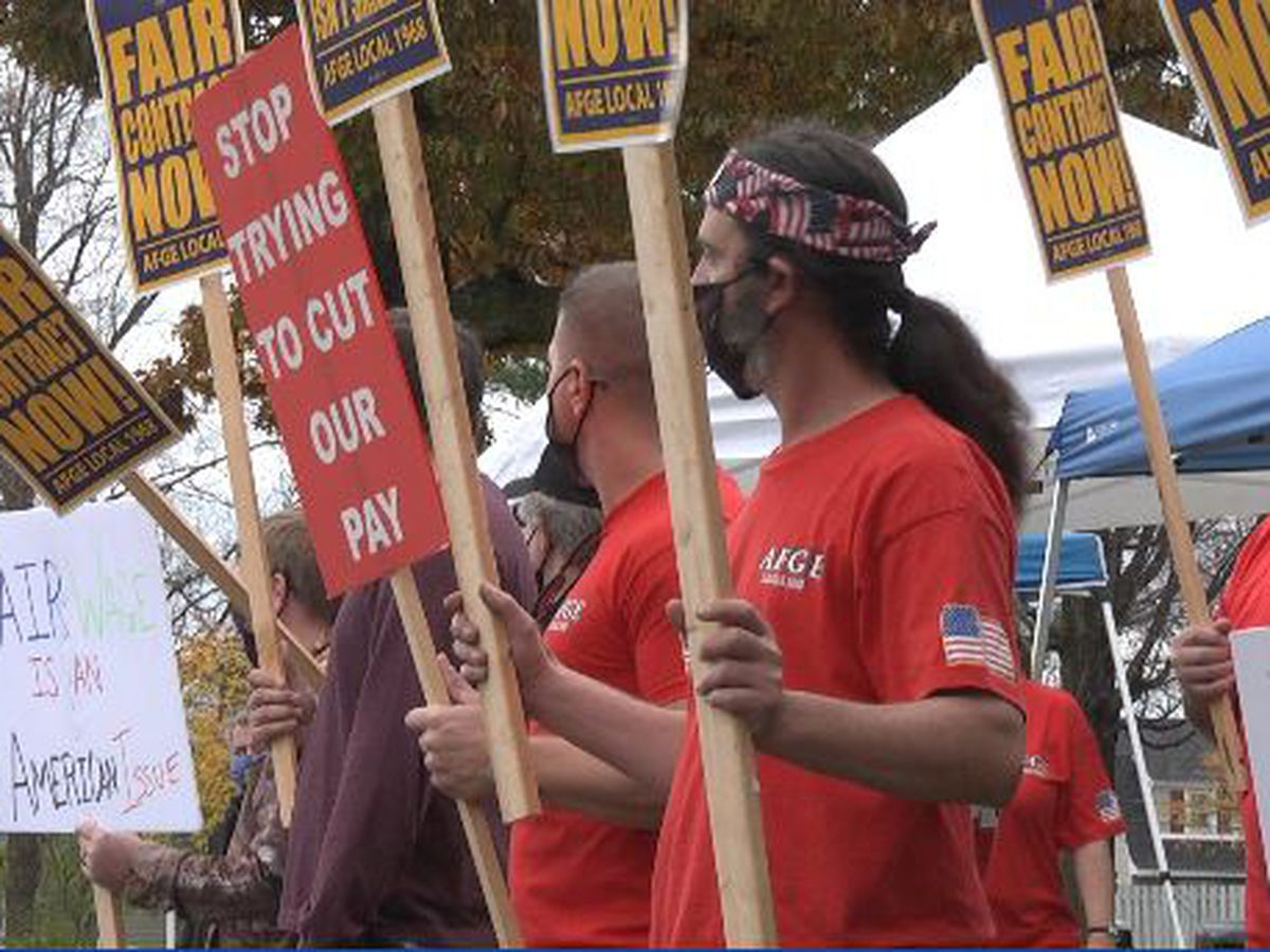 Union workers protest lack of contract